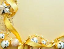 Carte de voeux de Noël avec le décor d'or d'arbre Photographie stock libre de droits