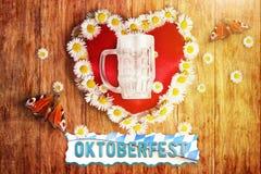 Carte de voeux de oktoberfest bavarois avec le coeur et les marguerites des prés Image libre de droits