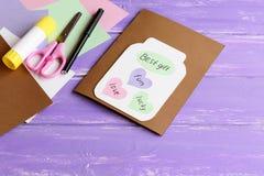 Carte de voeux de papier avec le pot, les coeurs colorés et les souhaits Les ciseaux, papier coloré couvrent, le carton blanc, bâ Images stock