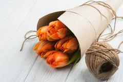 Carte de voeux de ressort avec les tulipes et la ficelle oranges Photographie stock