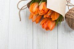 Carte de voeux de ressort avec les tulipes oranges sur le blanc Photographie stock libre de droits