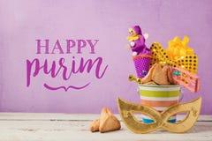 Carte de voeux de vacances de Purim avec le masque et les cadeaux de carnaval image stock