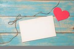 Carte de voeux du jour de la femme avec les fleurs jaunes au-dessus du backgro en bois Image libre de droits