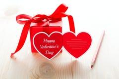 Carte de voeux en forme de coeur de jour du ` s de Valentine et boîte actuelle Images stock