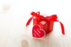 Carte de voeux en forme de coeur de Saint Valentin et boîte actuelle de rouge Images libres de droits