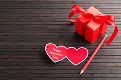 Carte de voeux en forme de coeur de Saint Valentin et boîte actuelle de rouge Photos libres de droits
