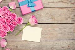 Carte de voeux et boîte-cadeau de jour de valentines complètement de roses roses Photo stock