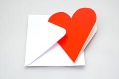 Carte de voeux et enveloppe en forme de coeur Images libres de droits