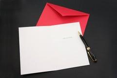Carte de voeux et enveloppe rouge Photo stock