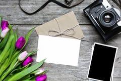 Carte de voeux et enveloppe vides avec le rétro appareil-photo, photos vides Photographie stock libre de droits