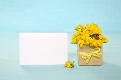 Carte de voeux et fleurs vides Photographie stock