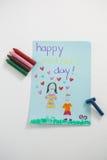 Carte de voeux heureuse de jour de mères avec les crayons colorés Photo stock