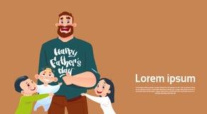 Carte de voeux heureuse de papa d'embrassement de père Day Family Holiday, de fille et de fils Photos libres de droits