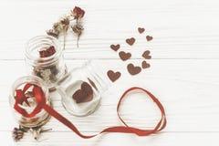Carte de voeux heureuse de jour du `s de valentine coeurs élégants dans le pot en verre Images stock