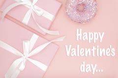 Carte de voeux heureuse de jour de valentines avec le boîte-cadeau rose et le beignet doux, ruban, configuration d'appartement d' photo stock