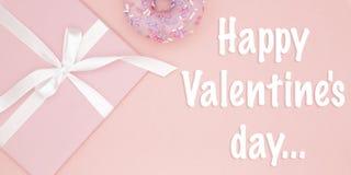 Carte de voeux heureuse de jour de valentines avec le boîte-cadeau rose et le beignet doux, ruban, configuration d'appartement d' image libre de droits