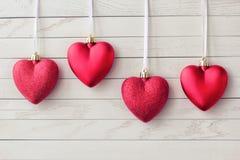 Carte de voeux heureuse de jour de Valentines beaux coeurs rouges images stock