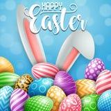 Carte de voeux heureuse de Pâques avec les oeufs, les fleurs et les oreilles colorés de lapin sur le fond bleu illustration stock