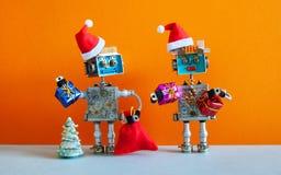 Carte de voeux heureuse romantique de partie de nouvelle année de Noël de robots de Santa Claus Caractères robotiques de famale m photos stock