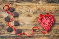 Carte de voeux de jour du ` s de Valentine, coeurs de chocolat au lait, hea en osier Photographie stock