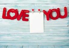 Carte de voeux de jour de valentines avec amour vous mots Photographie stock libre de droits