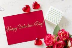 Carte de voeux de jour de valentines avec des coeurs de boîte-cadeau de roses et le jour de valentines heureux de lettrage Photo stock