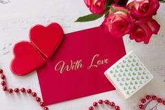 Carte de voeux de jour de valentines avec des coeurs de boîte-cadeau de roses et lettrage avec amour Image libre de droits