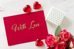 Carte de voeux de jour de valentines avec des coeurs de boîte-cadeau de roses et lettrage avec amour Photos libres de droits