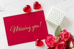 Carte de voeux de jour de valentines avec des coeurs de boîte-cadeau de roses et lettrage vous manquant Photo libre de droits