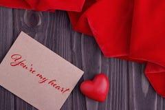 Carte de voeux de jour de valentines avec le coeur et le lettrage rouges Photo stock