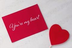 Carte de voeux de jour de valentines avec le fond rouge et le lettrage de livre blanc de coeur Photos libres de droits
