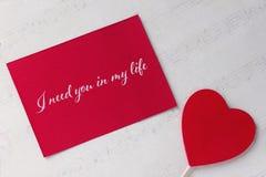 Carte de voeux de jour de valentines avec le fond rouge et le lettrage de livre blanc de coeur Photo libre de droits