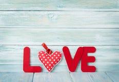 Carte de voeux de jour de valentines avec le mot d'amour Photos stock