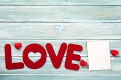 Carte de voeux de jour de valentines avec le mot d'amour Photographie stock libre de droits