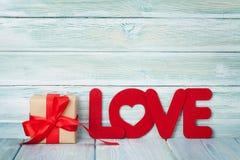 Carte de voeux de jour de valentines avec le mot et le cadeau d'amour Photos libres de droits