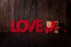 Carte de voeux de jour de valentines avec le mot et le cadeau d'amour Images libres de droits