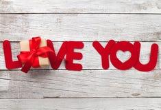 Carte de voeux de jour de valentines avec le mot et le cadeau d'amour Image stock