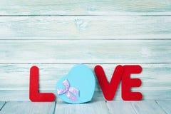 Carte de voeux de jour de valentines avec le mot et le cadeau d'amour Image libre de droits