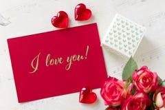 Carte de voeux de jour de valentines avec les coeurs et le lettrage de boîte-cadeau de roses je t'aime Photos libres de droits