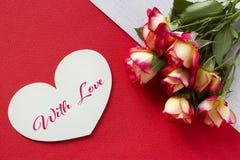 Carte de voeux de jour de valentines avec les coeurs et le lettrage de roses Image stock