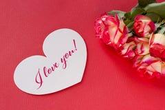 Carte de voeux de jour de valentines avec les coeurs et le lettrage de roses Photo stock