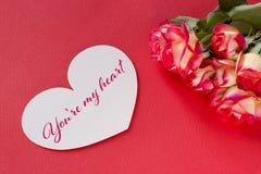 Carte de voeux de jour de valentines avec les coeurs et le lettrage de roses Photos stock