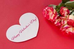 Carte de voeux de jour de valentines avec les coeurs et le lettrage de roses Photographie stock libre de droits