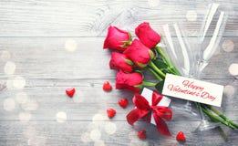 Carte de voeux de jour de valentines, boîte-cadeau, roses rouges et champagne Photo libre de droits