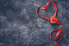 Carte de voeux de jour de valentines, coeur de chocolat au lait, ri rouge de satin Images stock