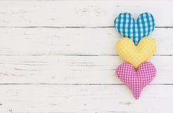 Carte de voeux de joyeux anniversaire avec les coeurs colorés sur le fond en bois blanc avec l'espace de copie Photos stock