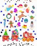 Carte de voeux de Joyeux Noël avec des décorations Santa, train de Noël avec l'arbre et les bonbons, le bonhomme de neige, le ren images libres de droits