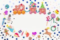 Carte de voeux de Joyeux Noël avec des décorations Santa, train de Noël avec l'arbre et les bonbons, le bonhomme de neige, le ren photos stock