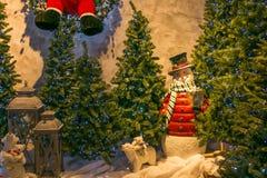 Carte de voeux de Joyeux Noël avec le bonhomme de neige et les arbres Images stock