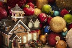 Carte de voeux de Joyeux Noël décorée de l'or et de l'ornement rouge photos stock